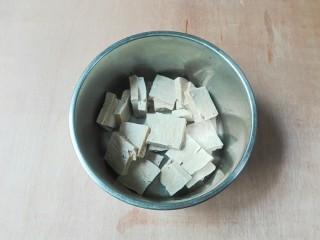 厨房挑战+素菜+香菜枸杞麻油香糕,放到盆子里