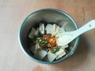 厨房挑战+素菜+香菜枸杞麻油香糕,放进碗汁拌匀倒进盘子里面