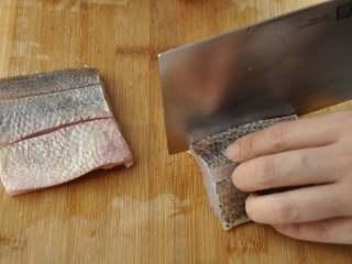 白葡萄酒蒸鲈鱼,把切下的中段去骨,并划上平行的两刀,不要划断哈;