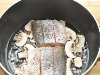 白葡萄酒蒸鲈鱼,把鱼块放在蘑菇片上,中火蒸煮约7、8分钟至鱼块熟后,轻轻取出鱼块并注意保温,留汤汁在锅里,继续调味;