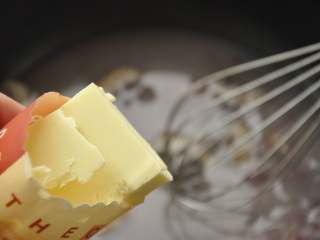 白葡萄酒蒸鲈鱼,小火加热汤汁至微沸,加入黄油并迅速搅匀,撒上切碎的小葱;