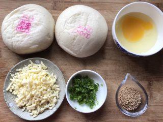 香葱芝士焗馒头,准备好食材,烤箱180度预热
