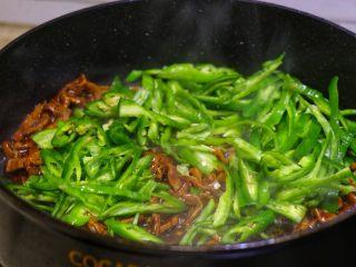 尖椒肉丝拌面,倒入尖椒