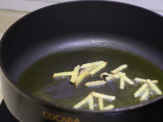 尖椒肉丝拌面,油热下姜丝炒出香味
