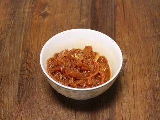 尖椒肉丝拌面,搅匀,腌制10分钟