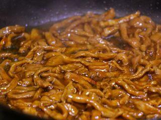 尖椒肉丝拌面,将腌肉的汤汁一起倒进去