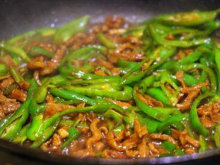 尖椒肉丝拌面,这时可以顺着锅边加一点热水,一点点就可以了,这样拌面吃不会太干