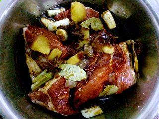 秘制酱牛肉,放入生抽,最好淹没牛肉,或者和牛肉持平。