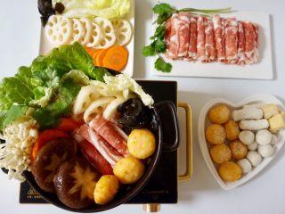 快手暖胃番茄火锅,其余的食材放在一边,一会儿边吃边涮。