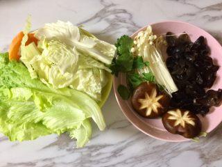 快手暖胃番茄火锅,这是在盒马鲜生买的火锅菜A套餐,很方便,把套餐里的各种食材洗干净。