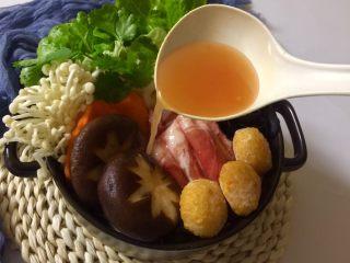快手暖胃番茄火锅,把番茄汤底浇入砂锅。
