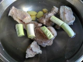 暖身羊肉汤,洗锅换新水,羊肉放入,葱姜放入,大火烧开,小火慢炖至羊肉软烂,大概需要一个半小时。