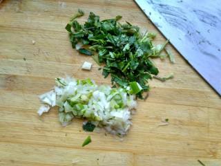 暖身羊肉汤,香菜、葱洗净切碎