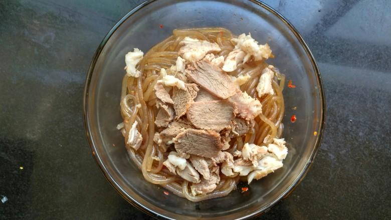 暖身羊肉汤,抓一把羊肉放入碗里