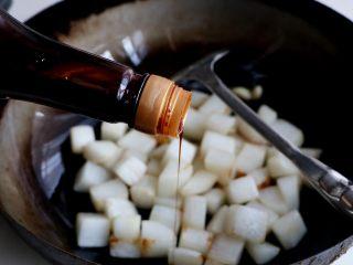 清炖白萝卜,加入勺生抽;