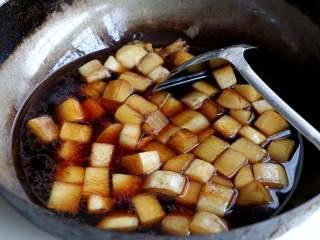 清炖白萝卜,加入和萝卜齐平的清水,盖上锅盖,大火烧开转中火烧;