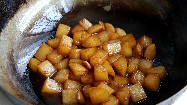 清炖白萝卜,煮到包萝卜熟透,留有少量的汤汁;