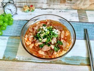 暖身羊肉汤,把热热的羊汤浇上去,撒上葱花和香菜,开吃吧