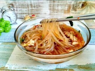 暖身羊肉汤,其实我是个爱嗦粉的妹纸~~,不喜欢粉的就多放两把肉~哈哈,吃完一碗,全身热乎乎的。