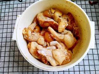 彩椒炒鸡丁,加适量生抽,花椒,等调料拌匀腌一会儿(我本来是做烤鸡翅根的,专门炒这道菜,这一步也可以省略)