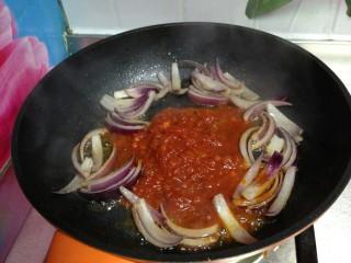 培根番茄芝士意面,加入番茄酱炒出红油