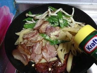 培根番茄芝士意面,撒入黑胡椒碎,卡夫芝士粉拌匀即可使用。