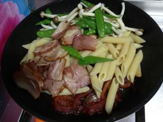 培根番茄芝士意面,随即把意面、蔬菜、培根倒入炒好的酱