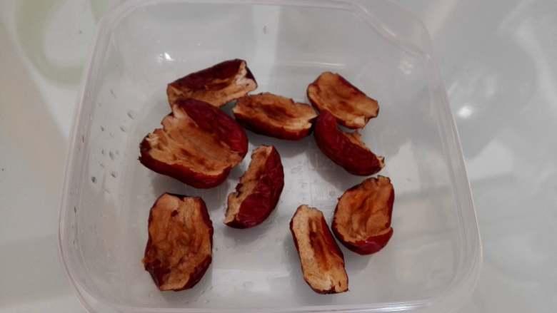 红枣豆浆,把红枣的核去掉,并且撕碎,