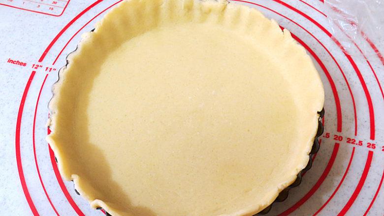 酥脆果香滴法式苹果派,四周用手按压均匀,盘口多余的面去掉