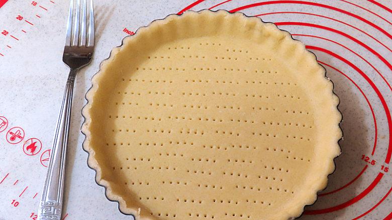酥脆果香滴法式苹果派,中间用叉子少许扎点小洞,派皮就完成了,放冷藏冰箱待用