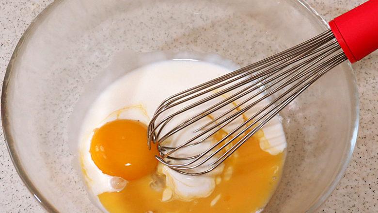 酥脆果香滴法式苹果派,淡奶油加蛋黄加全蛋液用打蛋器搅打均匀