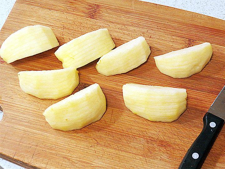酥脆果香滴法式苹果派,再切成7块,每一块上面再切成不断的片