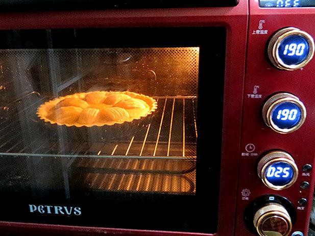 酥脆果香滴法式苹果派,放入烤箱中层190度上下火烤25分钟左右即可(时间和温度按自家烤箱习性调整)
