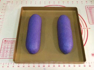 全麦坚果麻薯软欧包,收口朝下,放在不烤盘上。
