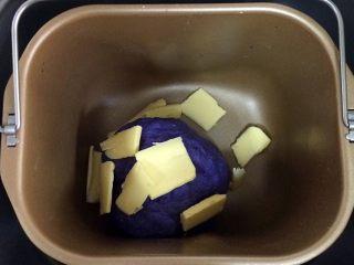 全麦坚果麻薯软欧包,15分钟后面团成形,加入黄油,继续启动和面程序揉20分钟。
