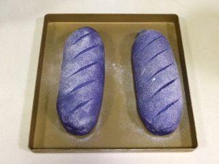 全麦坚果麻薯软欧包,发至两倍大时取出面包,在表面筛一层薄薄的高筋面粉,用锋利的刀片在面包表面刮出纹理。