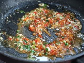 鱼香荷包蛋,再放入剁椒酱翻炒均匀