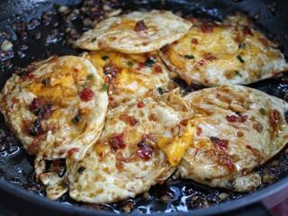 鱼香荷包蛋,翻炒至荷包蛋裹上鱼香汁