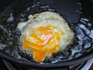 鱼香荷包蛋,待鸡蛋凝固后翻面,用铲刀将蛋黄戳破煎熟后盛出,将所有鸡蛋按照以上方法煎熟备用