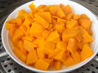 金黄金黄的南瓜馒头,南瓜去皮,切块蒸熟。