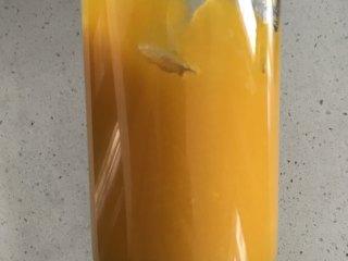 金黄金黄的南瓜馒头,用榨汁机打成泥,大家根据自己的喜好来弄成泥就好。