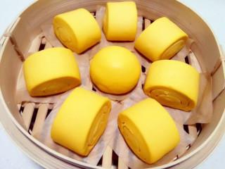 金黄金黄的南瓜馒头,分割,上蒸笼,开始二发,发到大概两倍大,二发的好坏也会影响到馒头口感。