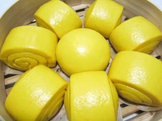 金黄金黄的南瓜馒头,冷水上锅蒸15-20分钟即可,根据馒头的大小来调整时间,关火后,一定不要马上开盖子,等5分钟后开盖。热乎乎的大馒头,出锅啦。