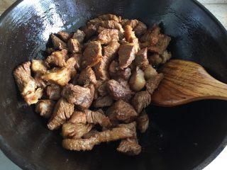 家常必备|土豆炖牛肉,锅内倒入适量食用油,油热后倒入牛肉翻炒,加入老抽、生抽继续翻炒均匀