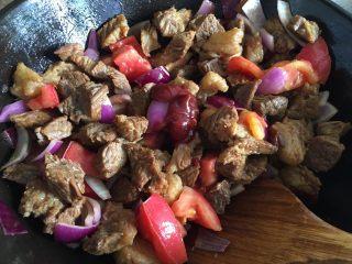 家常必备|土豆炖牛肉,加入番茄酱、磨入适量黑胡椒碎,翻炒均匀
