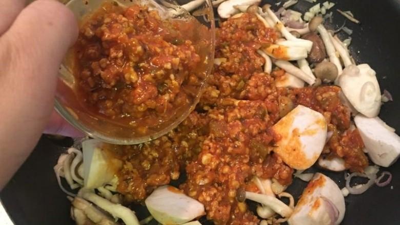 水波蛋肉醬燉菜佐法棍,肉醬加入