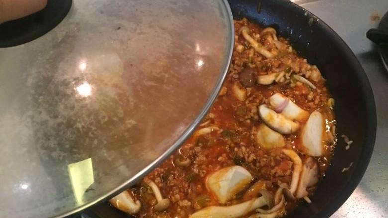 水波蛋肉醬燉菜佐法棍,稍微拌炒後蓋起來,中小火煮開