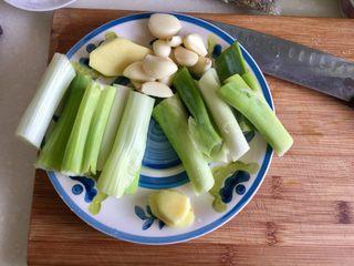煲一锅好卤➕香卤牛肉,大葱切段,姜切片,蒜整粒就可以,备用