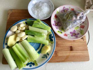 煲一锅好卤➕香卤牛肉,所有配料来个合照:香料包,冰糖,大葱和姜分成两部分,其中一小部分姜切片