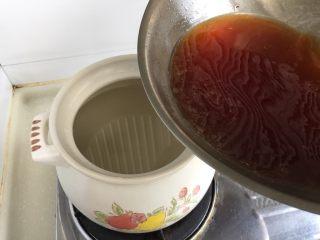 煲一锅好卤➕香卤牛肉,砂锅中加入大半锅水约2升,加入刚煮开的糖色水